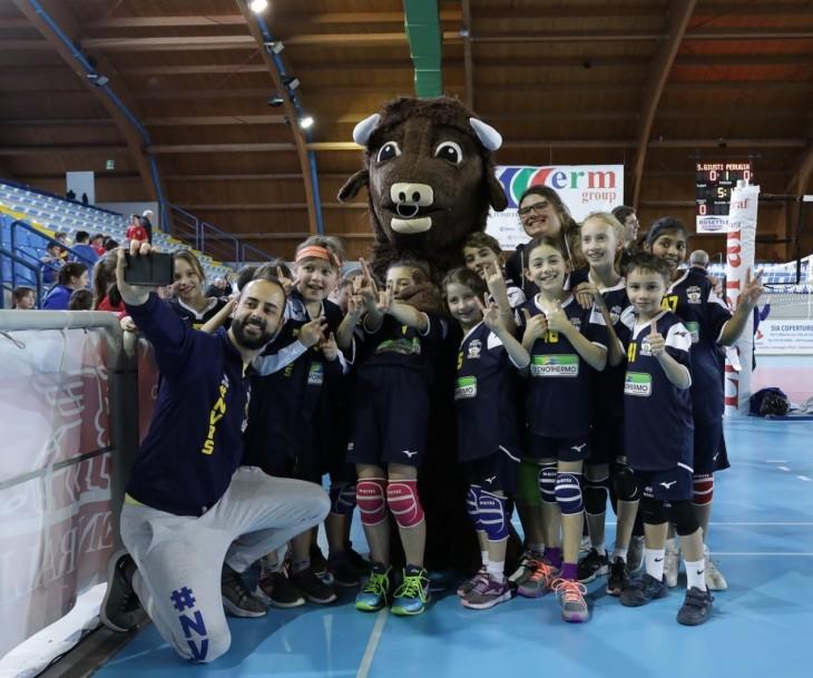 Manuel Lombardi e i bambini del VolleyS3